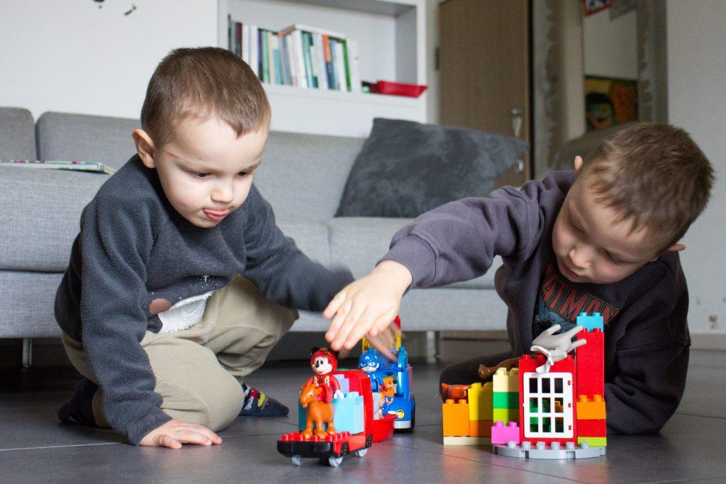 bambini che giocano con costruzioni