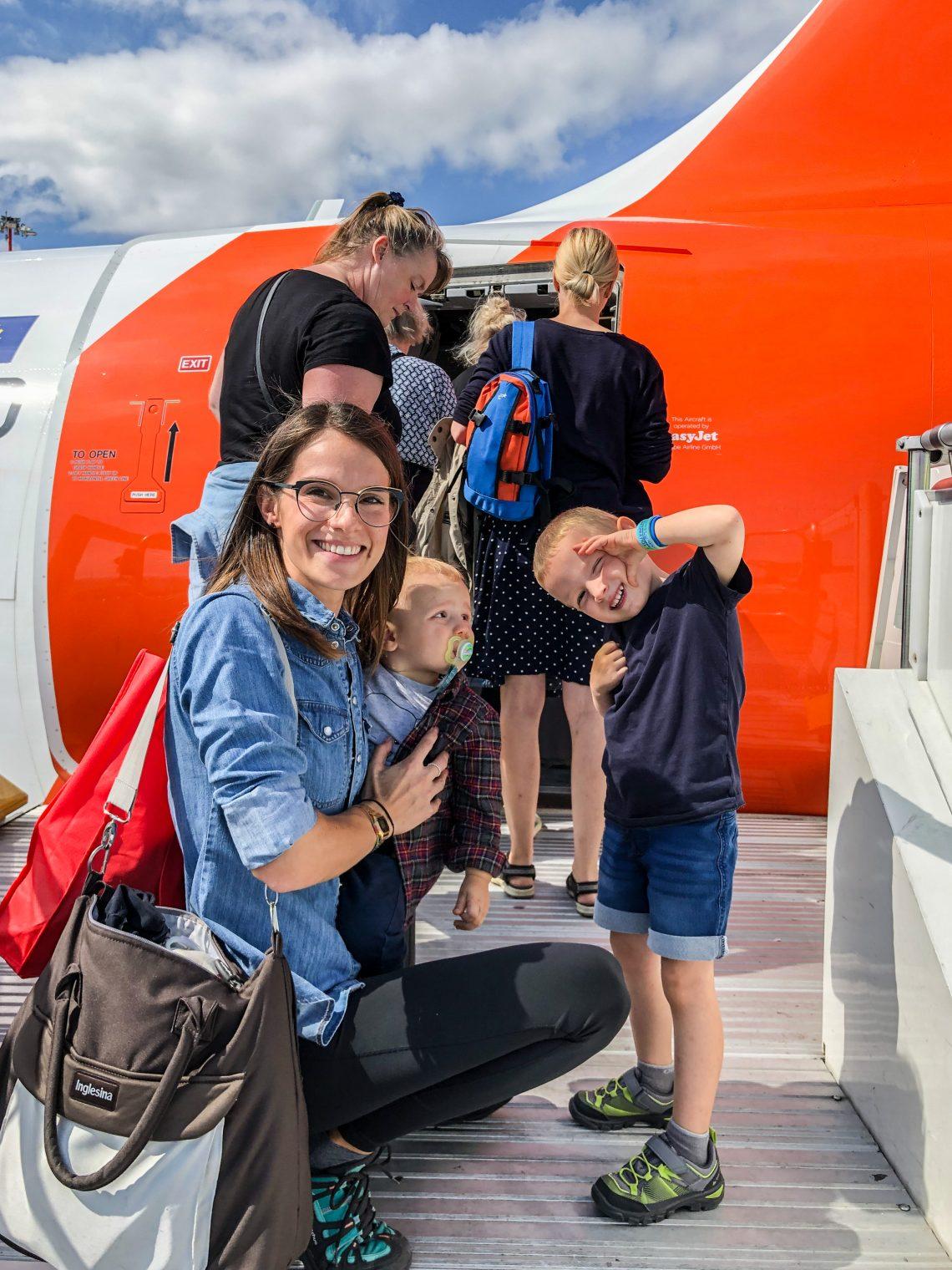 prendere aereo con bambini