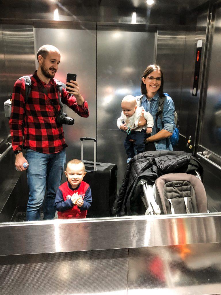 in aeroporto con bambini