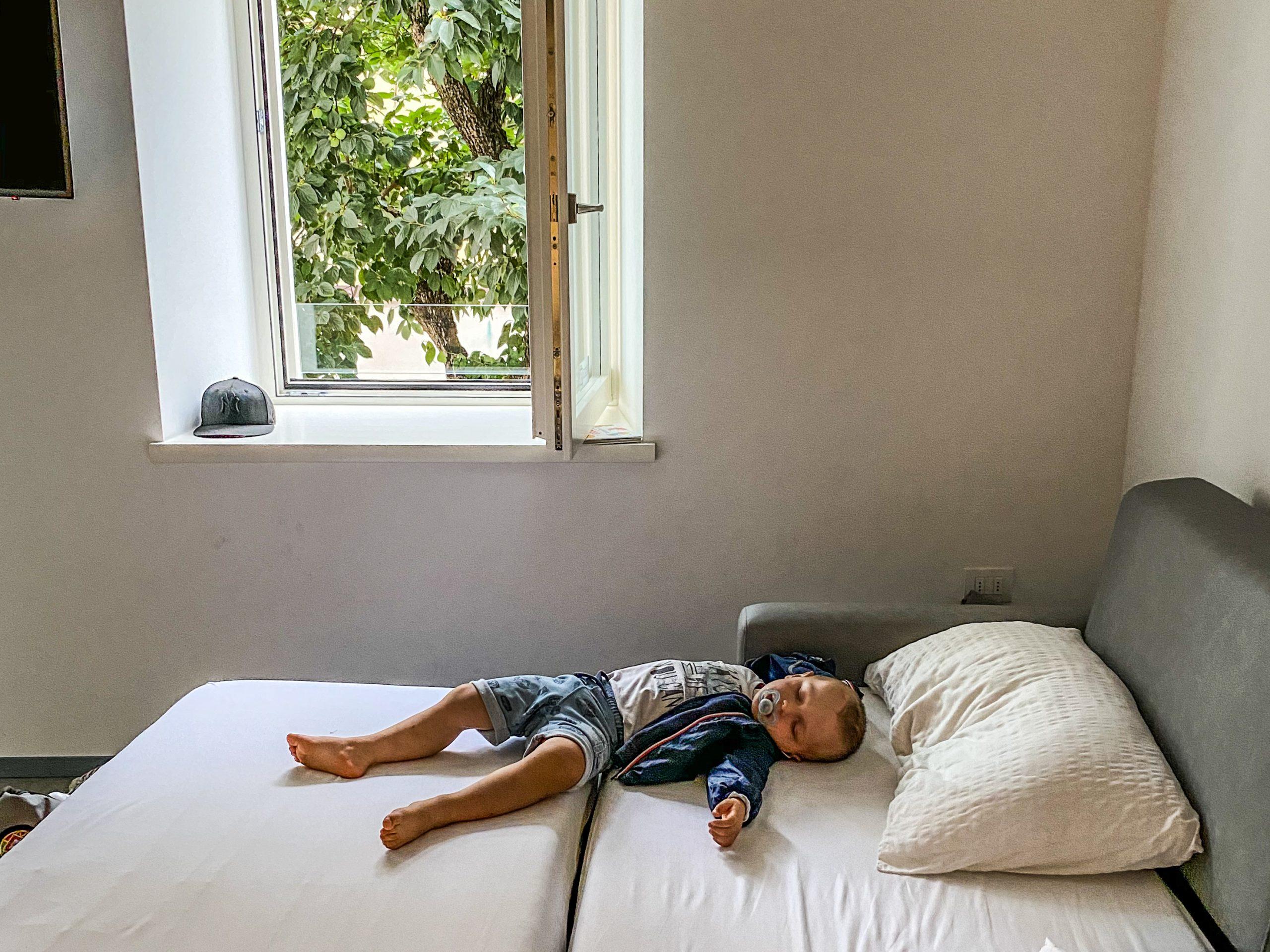 bambino dorme a malcesine
