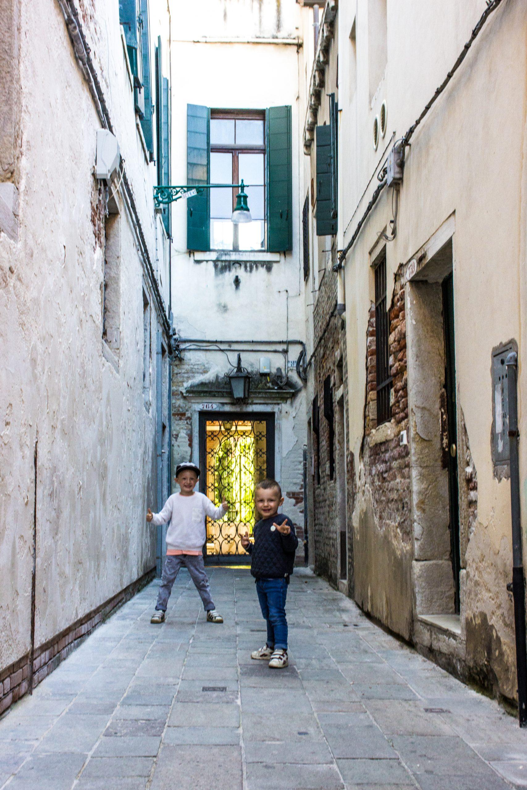bambini a Venezia calle