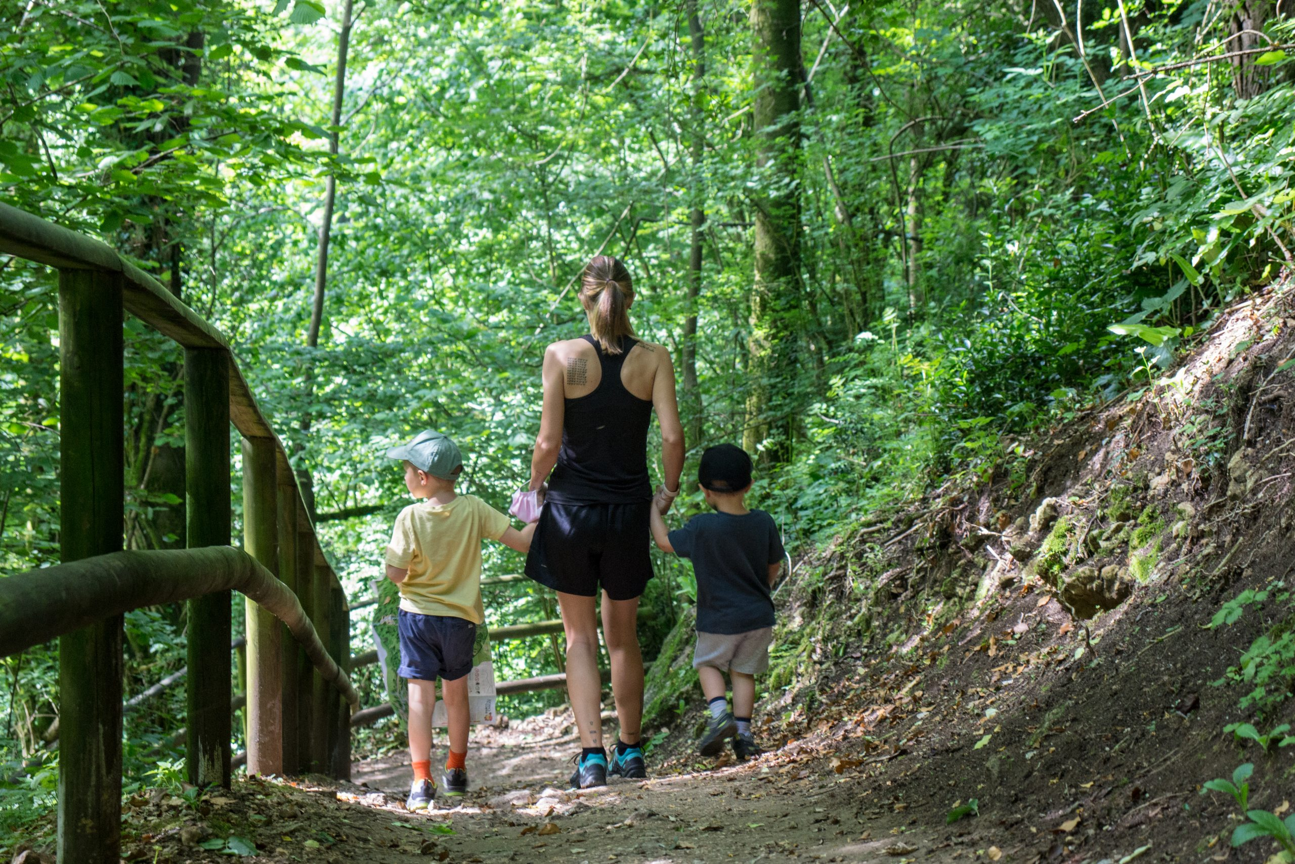 famiglia cammina cascate molina